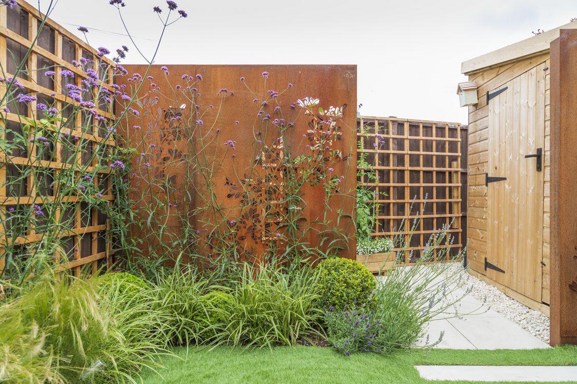 Small Urban Contemporary Garden, Sawbridgeworth Essex. Design and Build Cube 1994. Feature wall